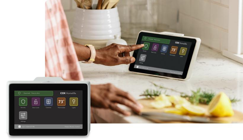 Servicio de automatización Homelife - Mujer en la cocina utilizando elpanel de control táctil deHomelife
