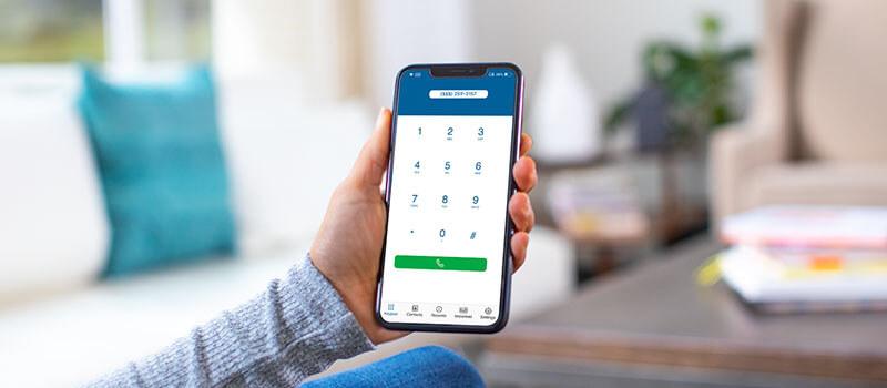 Cox Voice con mano sosteniendo un teléfono móvil y números en la pantalla